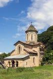 Iglesia ortodoxa en un monasterio de la montaña en un día de verano Imágenes de archivo libres de regalías
