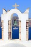 Iglesia ortodoxa griega con el transbordador en Santorini Imagen de archivo libre de regalías