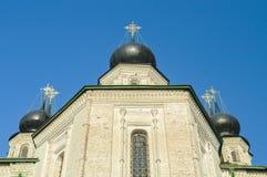 Iglesia ortodoxa hermosa contra el cielo azul Fotografía de archivo