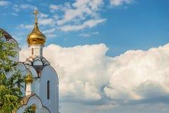 Iglesia ortodoxa hermosa contra el cielo azul Imagen de archivo