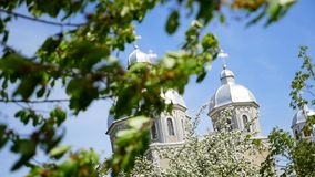 Iglesia ortodoxa hermosa contra un fondo del cielo azul brillante almacen de video