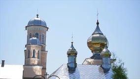 Iglesia ortodoxa hermosa contra un fondo del cielo azul brillante almacen de metraje de vídeo
