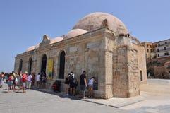 Iglesia ortodoxa hermosa situada en el puerto de Chania Viaje de la arquitectura de la historia imágenes de archivo libres de regalías