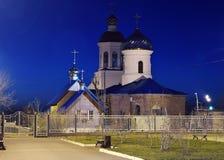 Iglesia ortodoxa rusa en la noche imagen de archivo