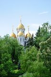 Iglesia ortodoxa surraunded con los árboles Fotos de archivo libres de regalías