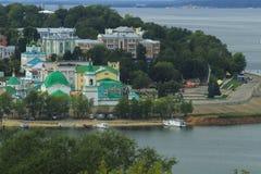 Iglesia ortodoxa, terraplén, bosque, yate Foto de archivo libre de regalías