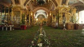 Iglesia ortodoxa Una visión dentro altar e iconos almacen de video