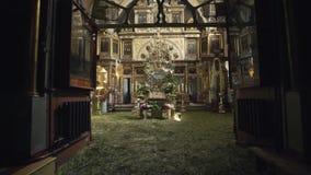 Iglesia ortodoxa Una visión dentro altar e iconos metrajes