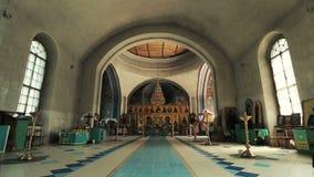 Iglesia ortodoxa Una visión dentro altar e iconos almacen de metraje de vídeo