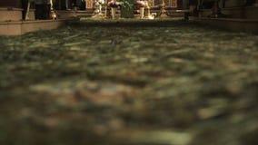 Iglesia ortodoxa Una visión dentro del altar y de iconos metrajes