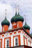 Iglesia ortodoxa vieja Cielo azul con las nubes Foto de archivo libre de regalías