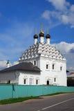 Iglesia ortodoxa vieja Cielo azul con las nubes Kremlin en Kolomna, Rusia Imagen de archivo libre de regalías