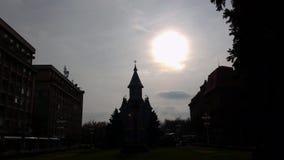 Iglesia ortodoxa vieja de Timisoara Rumania en Piata Victoriei almacen de metraje de vídeo
