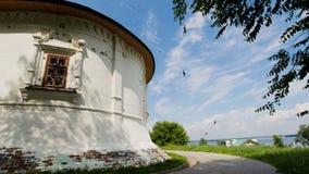 Iglesia ortodoxa vieja - tragos está volando cerca de bóveda - paisaje rural del ruso del verano Foto de archivo