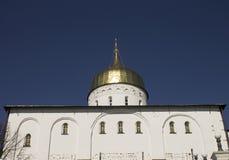 Iglesia ortodoxa y las bóvedas de oro Fotografía de archivo