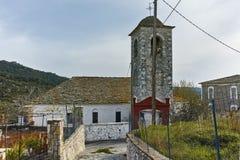 Iglesia ortodoxa y pequeña calle en el pueblo de Theologos, isla de Thassos, Grecia Fotos de archivo