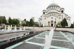 Iglesia ortodoxa y plaza del mercado en Serbia Imagen de archivo libre de regalías