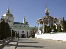 Iglesia ortodoxa y un gazebo para los santos Fotografía de archivo