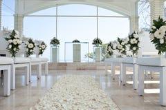 Iglesia para wedding con la alfombra de los pétalos Fotos de archivo libres de regalías