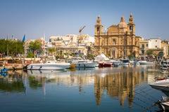 Iglesia parroquial de Msida - opinión del puerto en Malta Imágenes de archivo libres de regalías