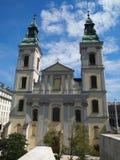Iglesia parroquial del centro urbano Fotos de archivo