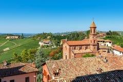Iglesia parroquial y viñedos verdes en Italia Foto de archivo