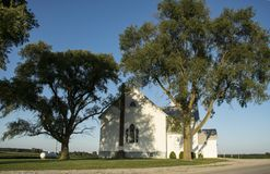 Iglesia pintoresca en el país fotos de archivo
