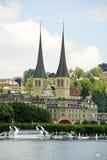Iglesia por el lago Alfalfa, Suiza Imagen de archivo