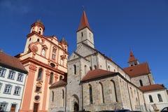 Iglesia protestante y St católico Vitus de la ciudad de la basílica en Ellwan imagen de archivo