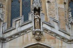 Iglesia que muestra a un santo en Inglaterra imagen de archivo