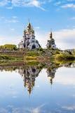 Iglesia reflejada en agua Imagen de archivo libre de regalías