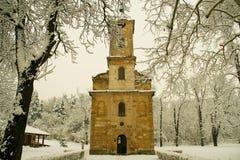 Iglesia rodeada por la nieve Imagen de archivo