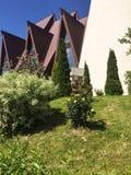 Iglesia rodeada por las plantas Imágenes de archivo libres de regalías