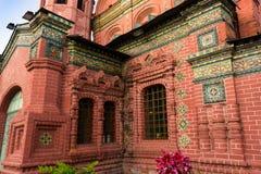 Iglesia roja con los mosaicos y los moldeados coloridos Fotos de archivo libres de regalías