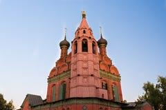 Iglesia roja con los mosaicos y los moldeados coloridos Foto de archivo