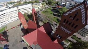 Iglesia roja en Minsk, república en Bielorrusia - cristianismo almacen de metraje de vídeo