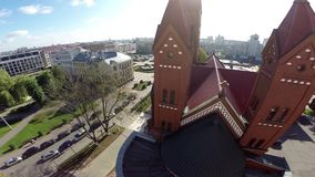 Iglesia roja en Minsk, república en Bielorrusia - cristianismo almacen de video