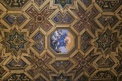 Iglesia, Roma, techo adornado en Maria de madera y pintada dorada Foto de archivo