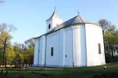 Iglesia rumana detrás Foto de archivo libre de regalías