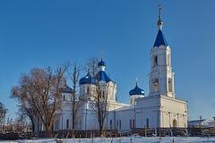 Iglesia rural en una disminución Invierno imagenes de archivo