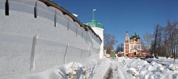 Iglesia rusa tradicional y la pared del monasterio imagen de archivo libre de regalías