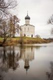 Iglesia rusa y reflexión en el agua Foto de archivo libre de regalías