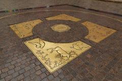 Iglesia santa del rosario en muestra del horóscopo de BangkokA en el piso de la piedra del adoquín en una de las entradas a la Pl Foto de archivo