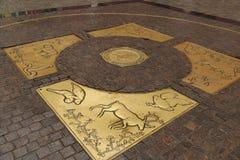 Iglesia santa del rosario en muestra del horóscopo de BangkokA en el piso de la piedra del adoquín en una de las entradas a la Pl Imagenes de archivo