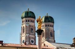 Iglesia señales de la columna dos de nuestro ` s de la señora y de Maria de Munich fotos de archivo libres de regalías