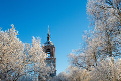 Iglesia sola vieja en los árboles cubiertos con nieve Imagen de archivo libre de regalías