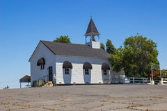 Iglesia solitaria con la aguja y Bell Foto de archivo