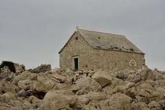 IGLESIA St John de Trogir en el cabo PLANKA Fotografía de archivo libre de regalías