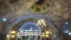 Iglesia subterráneo del St Varvara en la mina salina de Targu Ocna almacen de video