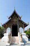 Iglesia tailandesa del estilo de Lanna con el cielo azul Fotos de archivo libres de regalías